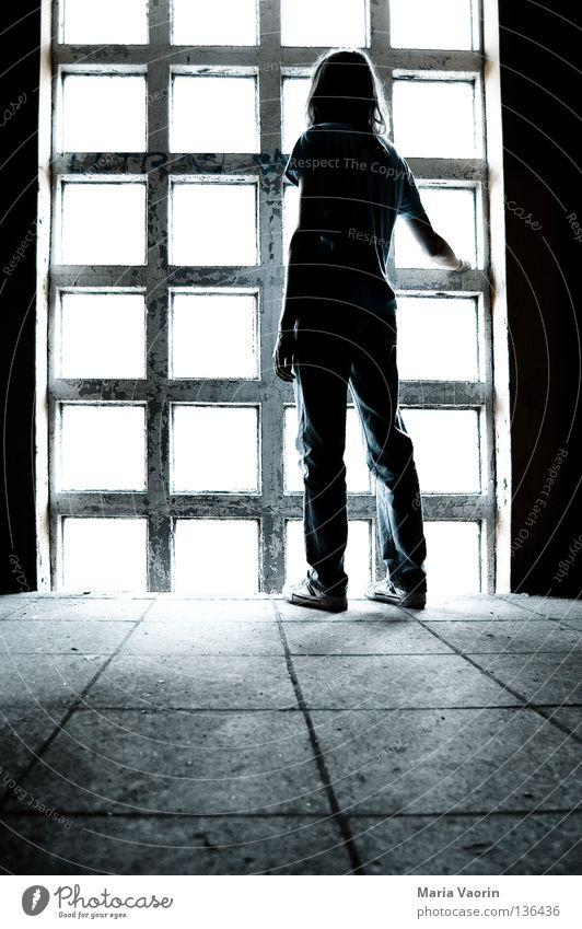 Blicke schweifen lassen Mann Einsamkeit kalt Gefühle Fenster träumen Traurigkeit Denken Stimmung leer Trauer Vergänglichkeit Schmerz Konzentration Verzweiflung