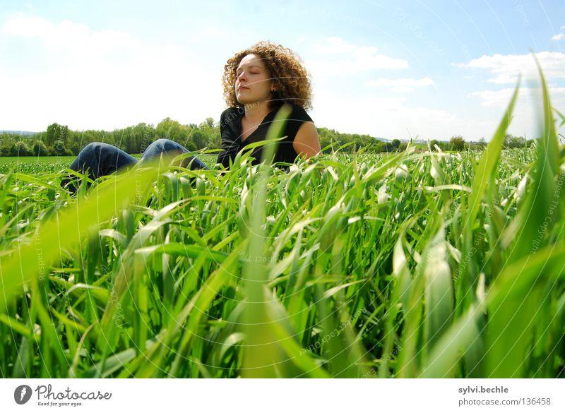 mittendrin statt nur dabei Frau Himmel Natur grün Sonne Sommer Einsamkeit Wolken Erwachsene Erholung Landschaft Wiese Graffiti Wärme Gras Frühling