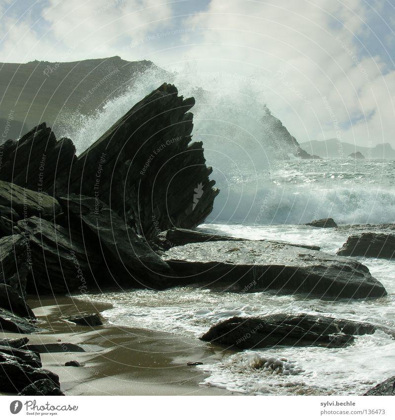 volle kraft voraus Freiheit Sommer Strand Meer Wellen Berge u. Gebirge Wasser Wolken Felsen Küste Stein frei blau schwarz Kraft Brandung Gischt Wasserfontäne