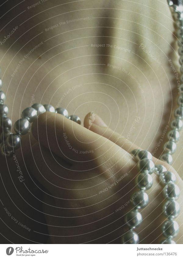 Desire Frau Hand schön träumen Romantik festhalten rein Sehnsucht Leidenschaft Reichtum Versuch Hals Perle Halskette Schicksal