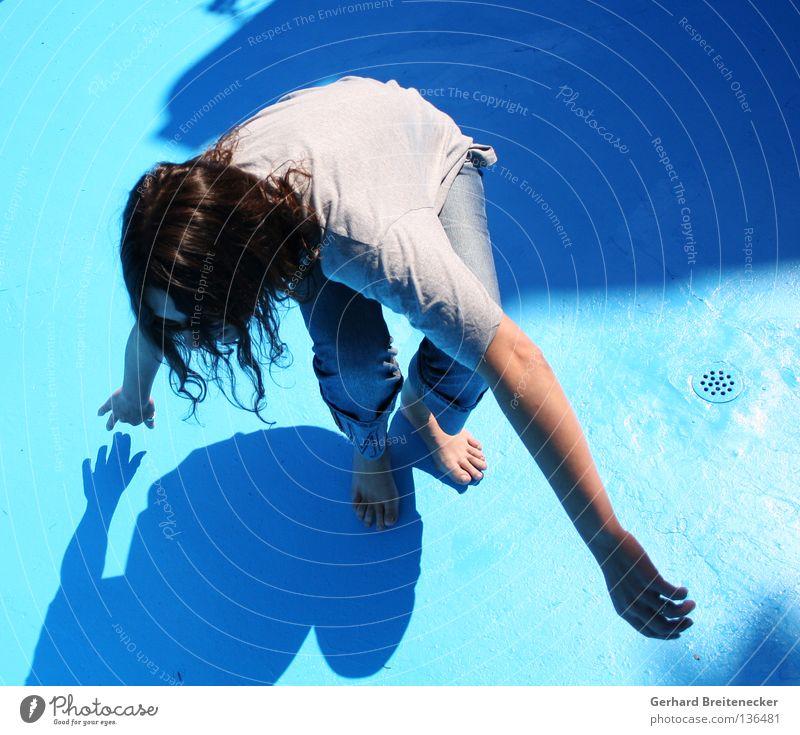 Regentanz - sehr ausgelassen Sommer Schwimmbad Frau Barfuß trocken gestikulieren Bewegung Abfluss durstig fließen T-Shirt aufstehen Ausgelassenheit Freude blau