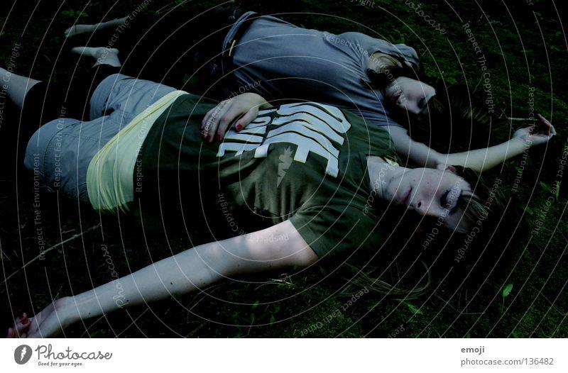 x Frau Jugendliche Tod Traurigkeit 2 liegen gefährlich bedrohlich Vorsicht Leiche unheimlich Mord Opfer ungemütlich Totschlag