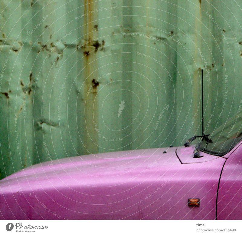 Das Schätzchen vom Hinterhof rosa Stahl Blech Windschutzscheibe Antenne parallel Motorhaube Kontrast grün KFZ Havanna lackiert Diva Vergänglichkeit Motorsport