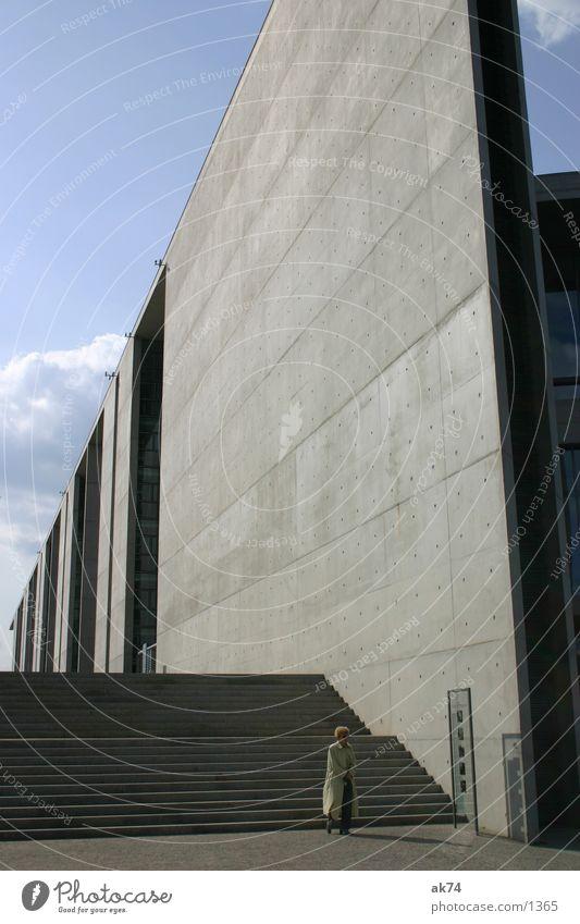 Alte Frau vor Wand Beton grau Einsamkeit Architektur Himmel Treppe Berlin Deutscher Bundestag