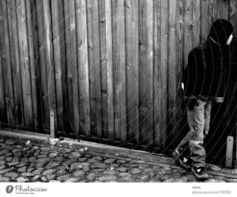 Schutz vor dem Feind Wand Holz Kind Winter Handschuhe verstecken Versteck Junge Blick