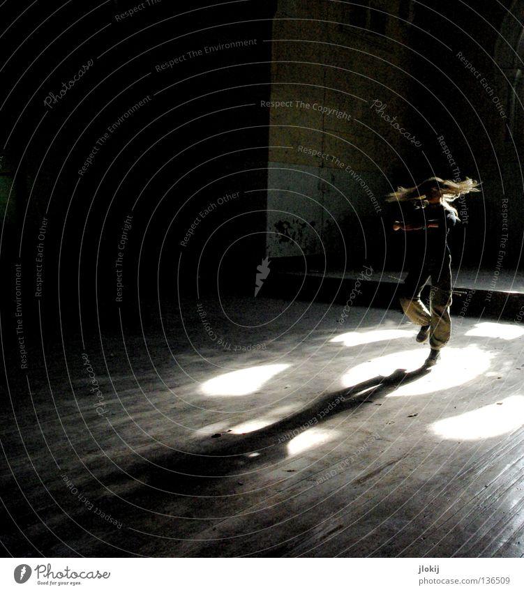Lighthouse Dancing Frau Licht Fenster Holz Holzbrett Beleuchtung Silhouette dunkel Nacht Holzmehl Haus Hose Schuhe Parkett Bühne verfallen historisch Mensch
