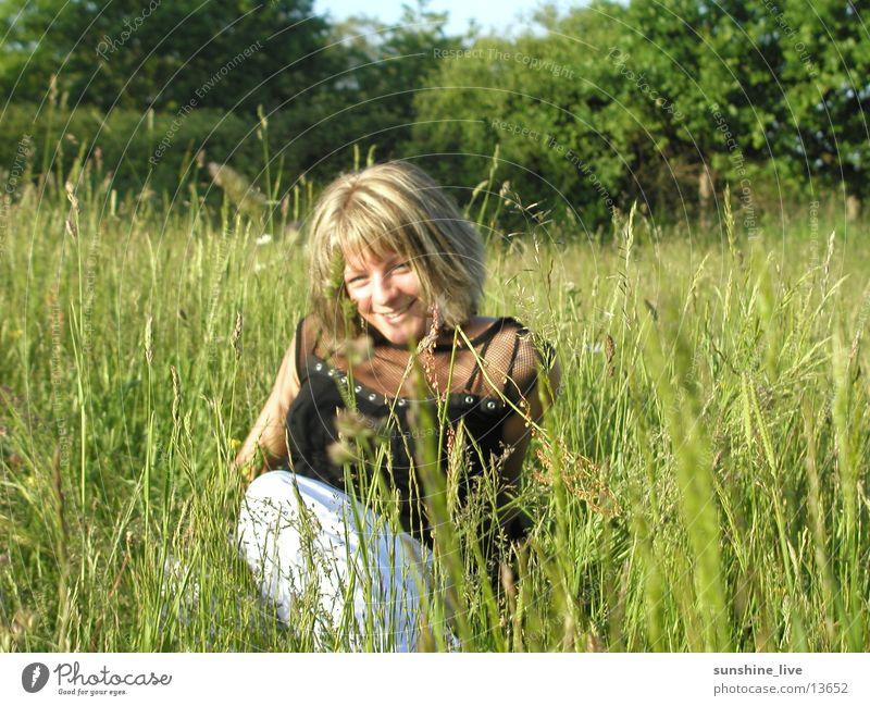 Grasgeflüster Wiese Erholung Sommer Frau Natur Chilling