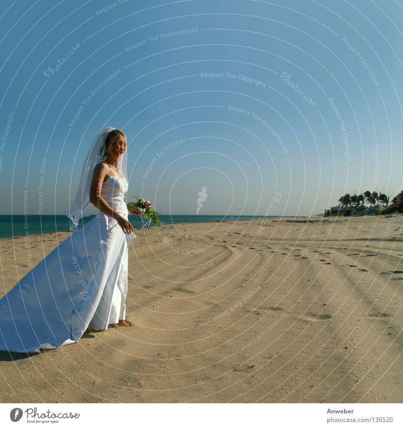 Braut am Strand Hochzeit verheiratet Frau schön Blume Blumenstrauß weiß Fußspur Hoffnung Zufriedenheit Meer Brautkleid Fröhlichkeit Freundlichkeit Leben Ehe