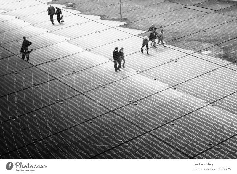 lentos upside down Mensch weiß schwarz Straße Paar Kunst Glas paarweise Spaziergang Kultur Streifen Museum Fußgänger Glasscheibe verkehrt gehen