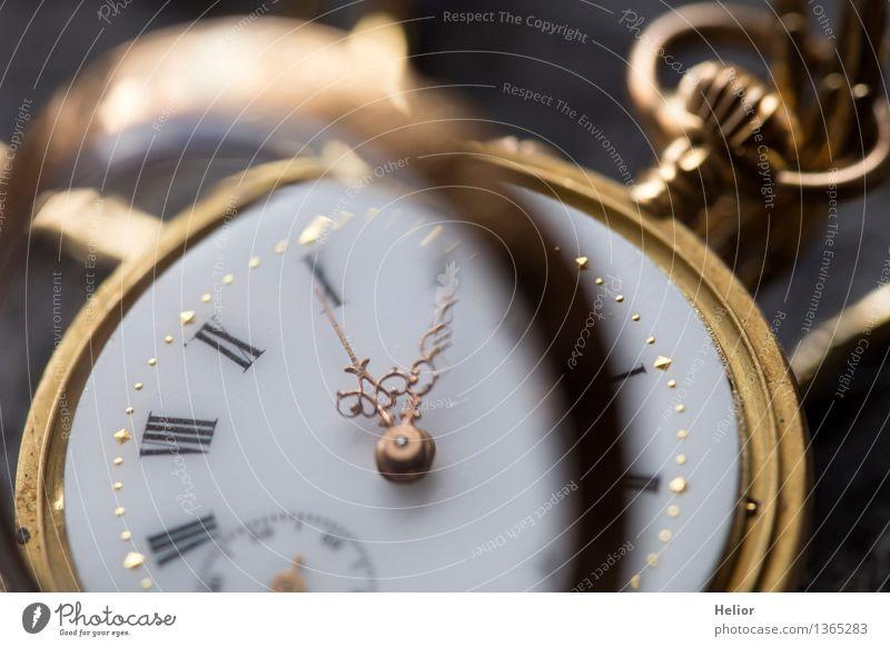 Pocket Watch 8 Uhr Taschenuhr Taschenuhrdeckel Glas Metall Gold Ziffern & Zahlen glänzend gelb grau schwarz weiß Pünktlichkeit Vergänglichkeit Zeit messen retro