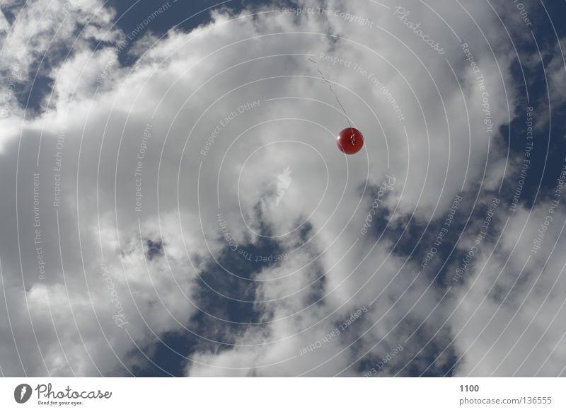 Roter Luftballon Horizont Wolken rot Schnur Helium aufsteigen Schweben schlechtes Wetter Dekoration & Verzierung Himmel blau frei Freiheit fliegen Luftverkehr