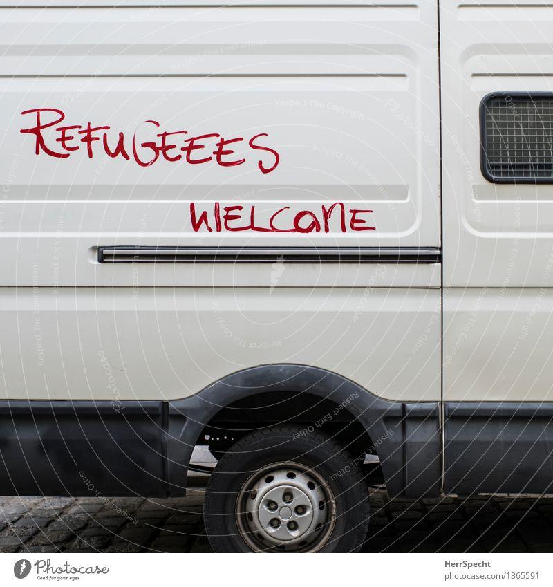 Flucht... äh... Begrüßungsfahrzeug Stadt weiß rot Zusammensein Metall PKW Schriftzeichen Hilfsbereitschaft Information gut Lastwagen Bus Krise Sympathie