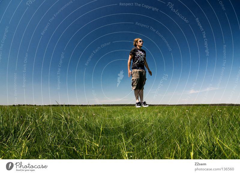 chillout sunday - abgehoben Schweben Schwerkraft Meditation Schneidersitz Luft lässig Sonnenbrille Brille Erholung Aktion April genießen Gras grün hell-blau