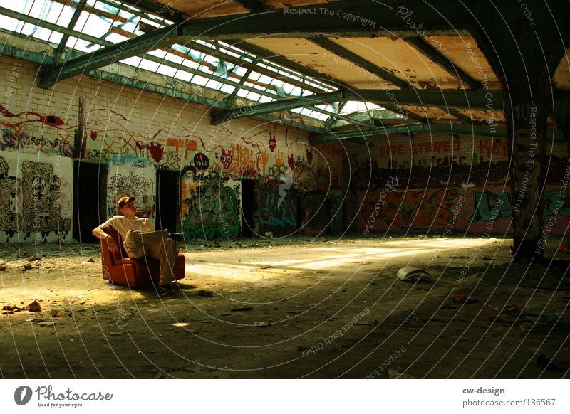 LESSER BEBEN! I Mensch Mann ruhig Einsamkeit Erholung grau Graffiti orange dreckig maskulin sitzen trist Pause kaputt Müll Vergänglichkeit