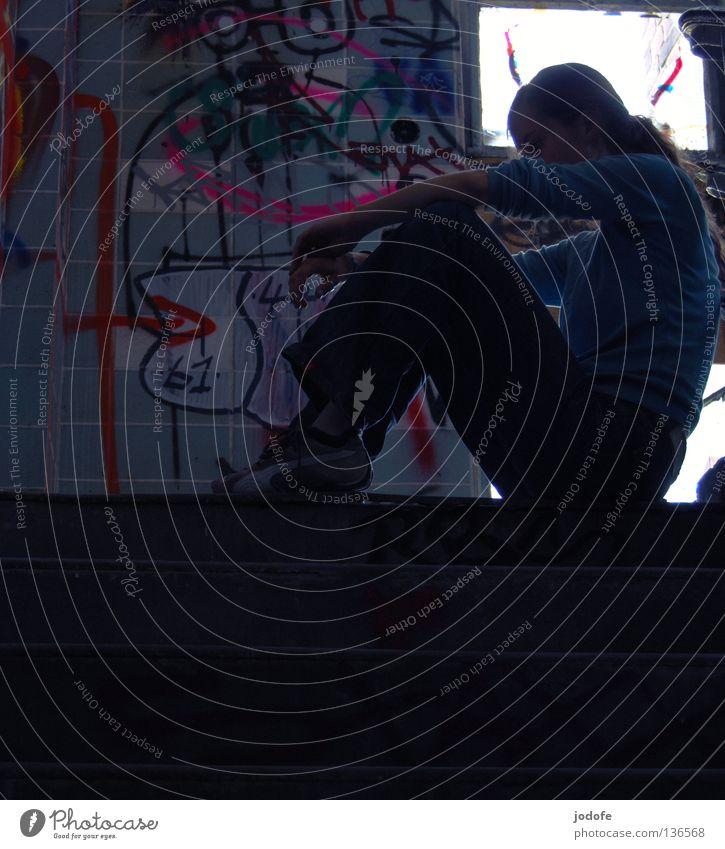 bonjour tristesse Frau Mensch blau ruhig Einsamkeit dunkel feminin Traurigkeit Graffiti Kunst sitzen Trauer Treppe trist einzigartig streichen