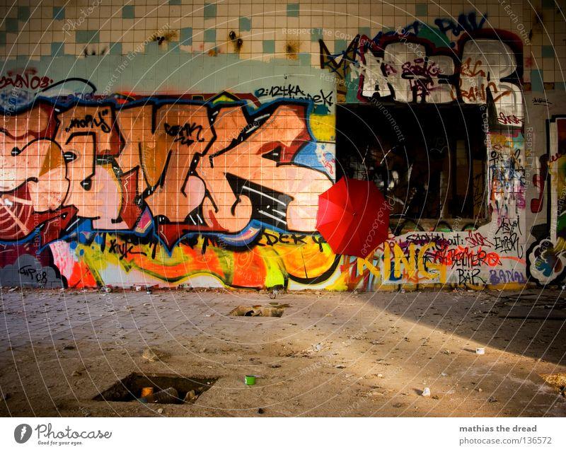 HEUTE GIBTS REGENSCHIRM! Raum Saal Gebäude Haus verfallen dreckig staubig Staub hart Fliesen u. Kacheln Gemälde Schmiererei Quadrat Symmetrie Rechteck