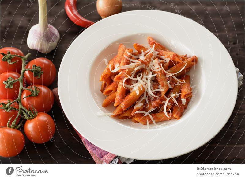 Teller mit Penne Pasta mit Arrabiata-Sauce Käse Kräuter & Gewürze Ernährung Mittagessen Gabel Tisch Küche Restaurant Blatt heiß lecker Tradition Lebensmittel
