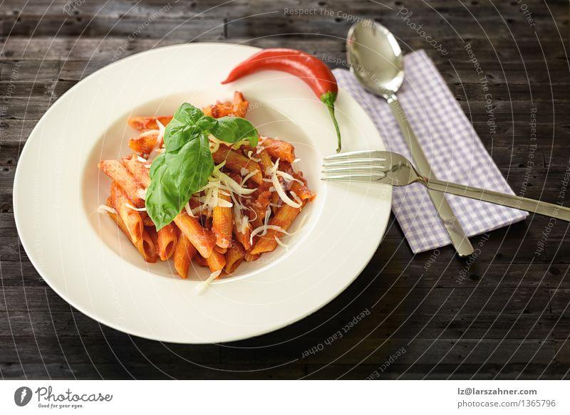 Teller mit Penne Pasta mit Arrabiata-Sauce Käse Kräuter & Gewürze Ernährung Mittagessen Gabel Löffel Tisch Küche Restaurant Blatt heiß lecker Tradition