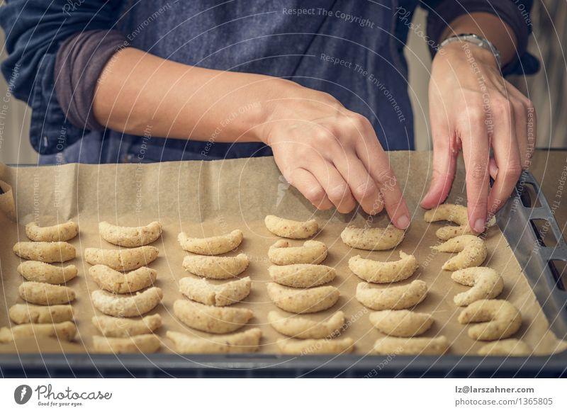 Koch, der sichelförmige Kekse für Weihnachten vorbereitet Dessert Ernährung Frau Erwachsene Hand Herd & Backofen frisch gold einrichten arrangierend Bäckerei