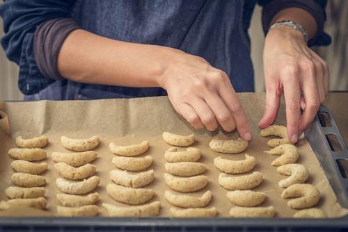 Koch, der sichelförmige Kekse für Weihnachten vorbereitet Frau Weihnachten & Advent Hand Erwachsene frisch gold Ernährung Kochen & Garen & Backen Dessert