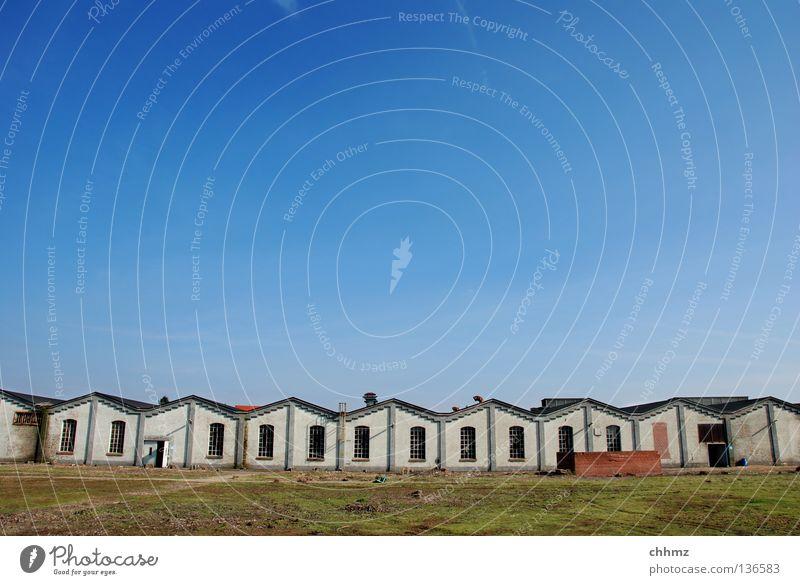 Copy & Paste Himmel Haus Einsamkeit Arbeit & Erwerbstätigkeit Gebäude Horizont Industrie Ordnung verfallen Reihe historisch Zaun Lagerhalle Container Produktion