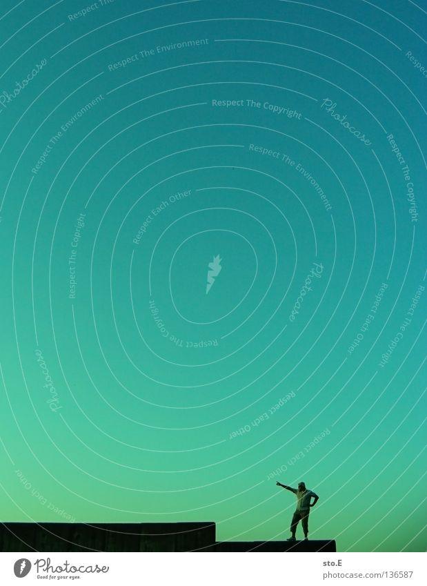minimum pt.2 Mensch Himmel Mann blau grün Farbe Ferne Mauer Stimmung Wetter stehen Bodenbelag Klarheit Verkehrswege Verlauf Wolkenloser Himmel