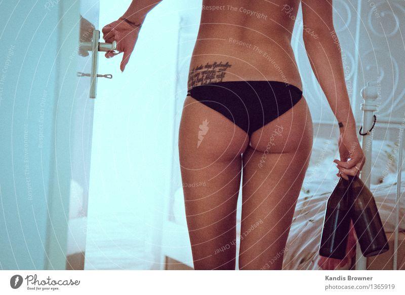 Gute Aussichten Lifestyle schön Haut Alkohol Wohnung Bett Raum Schlafzimmer Flirten feminin Junge Frau Jugendliche Leben Gesäß 1 Mensch 18-30 Jahre Erwachsene