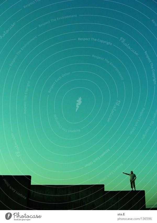 minimum pt.3 Mensch Himmel Mann blau grün Farbe Ferne Mauer Stimmung Wetter stehen Bodenbelag Klarheit verfallen Verlauf Wolkenloser Himmel