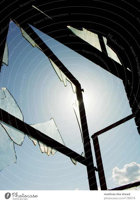 450: FENSTER IST OFFEN! Himmel alt schön blau Sommer Wolken schwarz Einsamkeit dunkel Tod Fenster Linie Beleuchtung dreckig Glas verrückt