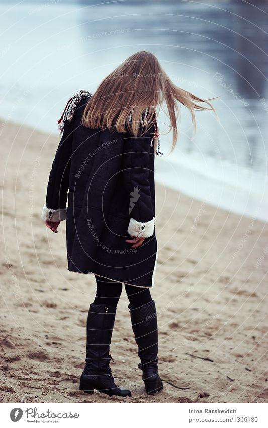 Winter Mädchen am Flussufer Mensch Natur Jugendliche schön Junge Frau Landschaft 18-30 Jahre kalt Erwachsene Haare & Frisuren Mode Körper Wellen blond Schuhe