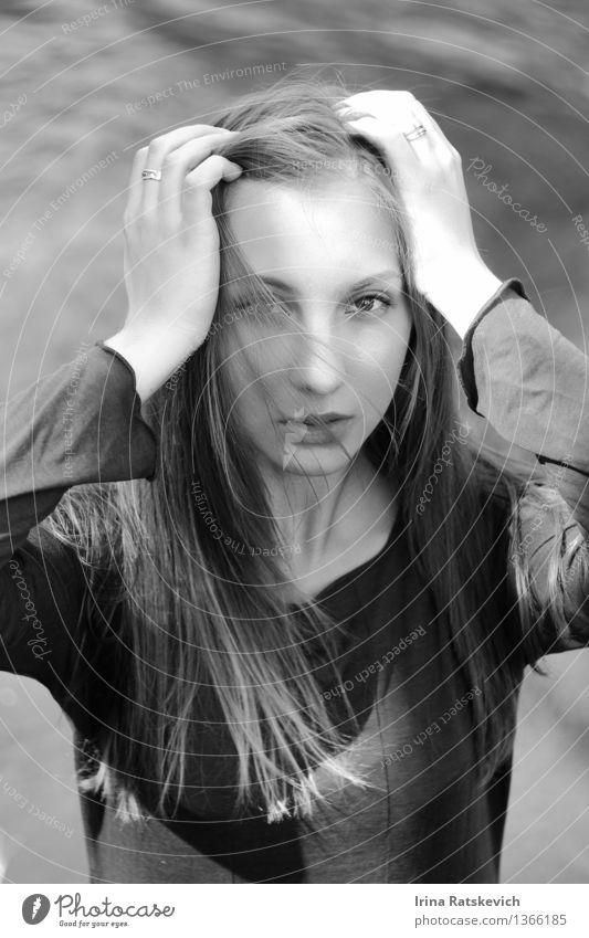 Schwarz-Weiß-Porträt Junge Frau Jugendliche Haare & Frisuren Gesicht Hand 1 Mensch 18-30 Jahre Erwachsene Mode Bekleidung Kleid schwarzhaarig brünett frei