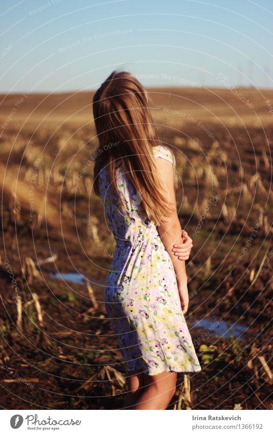 Mädchen auf Frühlingsfeld Mensch Natur Jugendliche schön Junge Frau Landschaft 18-30 Jahre Erwachsene Gefühle Haare & Frisuren Mode Stimmung Feld frei Körper