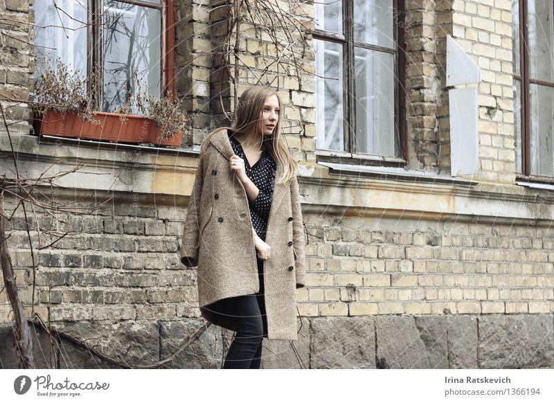 Schönheit im Mantel, der weg auf dem Hintergrund von Häusern schaut Mensch Jugendliche Stadt schön Junge Frau Haus 18-30 Jahre Erwachsene Wand Mauer