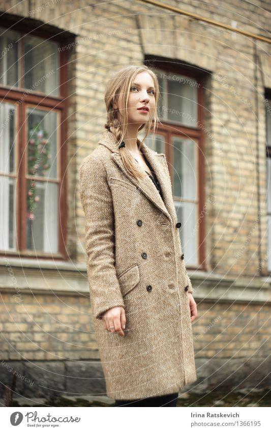 Mädchen im Herbstmantel Junge Frau Jugendliche Körper Kopf Gesicht Auge 1 Mensch 18-30 Jahre Erwachsene Stadt Haus Mauer Wand Mode Mantel Haare & Frisuren blond