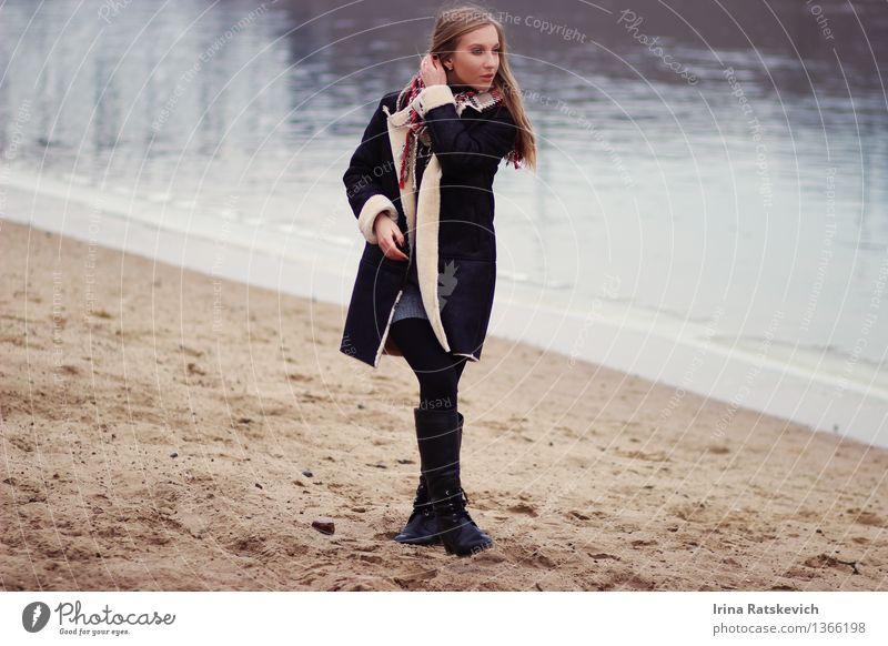 Mensch Jugendliche schön Junge Frau Strand 18-30 Jahre kalt Erwachsene Haare & Frisuren Mode Wellen Schönes Wetter Seeufer Flussufer Pelzmantel Mädchenportrait