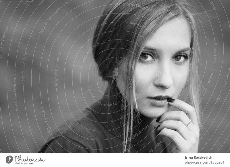 Nahes hohes Porträt der Schwarzweiss-Porträt einer jungen Frau Junge Frau Jugendliche Haut Kopf Haare & Frisuren Gesicht Auge Hand 1 Mensch 18-30 Jahre