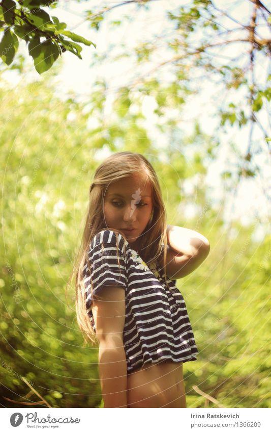 Frühlingsmädchen Mensch Natur Jugendliche grün schön Junge Frau Sonne Baum Erotik Landschaft Freude 18-30 Jahre Wald Gesicht Erwachsene Auge