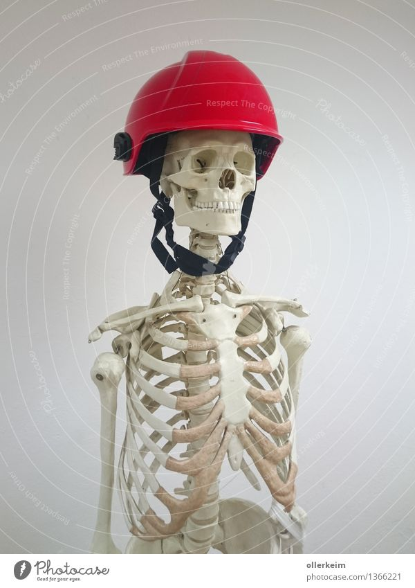 Skelett - Retter in Not Mensch weiß rot grau Kopf Körper bedrohlich Schutz Sicherheit Zähne Beruf Handwerker Feuerwehrmann Helm Sanitäter