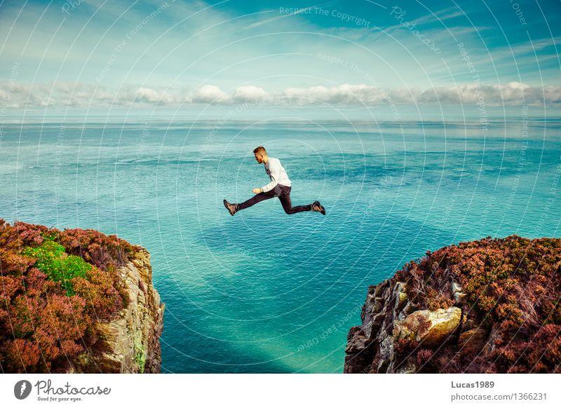 Der große Sprung Mensch Ferien & Urlaub & Reisen Jugendliche Mann Meer Junger Mann Ferne 18-30 Jahre Berge u. Gebirge Erwachsene Küste Gesundheit Freiheit