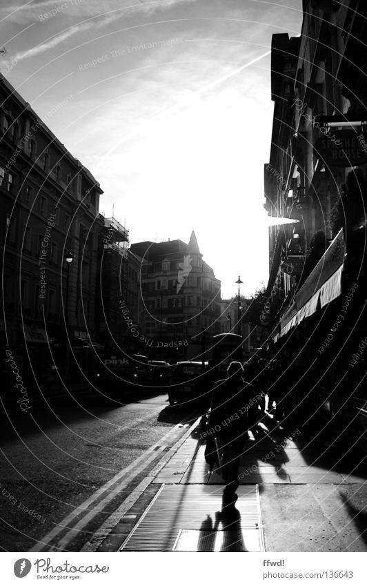 streets of soho Stadt Stadtleben Soho Gegenlicht Mann Mensch Asphalt Bürgersteig Einsamkeit Verkehrswege Schwarzweißfoto Lodon Silhouette Straße Gehsteig
