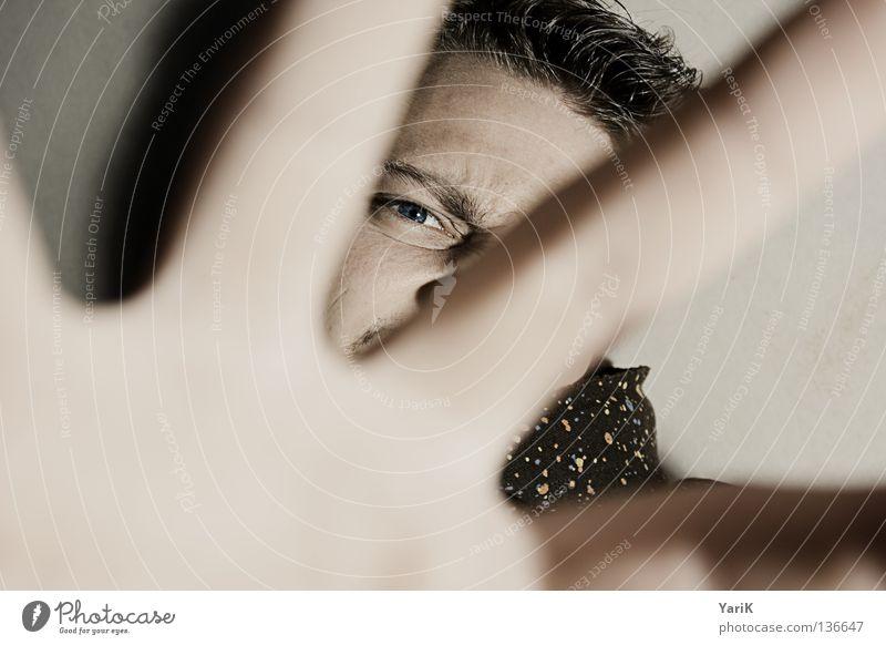 fuck off Mann Blick Anschnitt Pullover Kapuzenpullover mehrfarbig scheckig spritzen dunkel schwarz ducken Deckung Täuschung geheimnisvoll Selbstportrait Porträt
