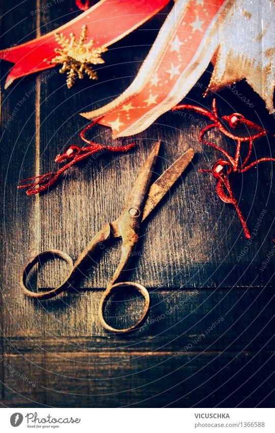 Weihnachtsdekoration mit alter Schere auf dunklem Holz Weihnachten & Advent Haus Winter dunkel Stil Feste & Feiern Party Design Dekoration & Verzierung retro