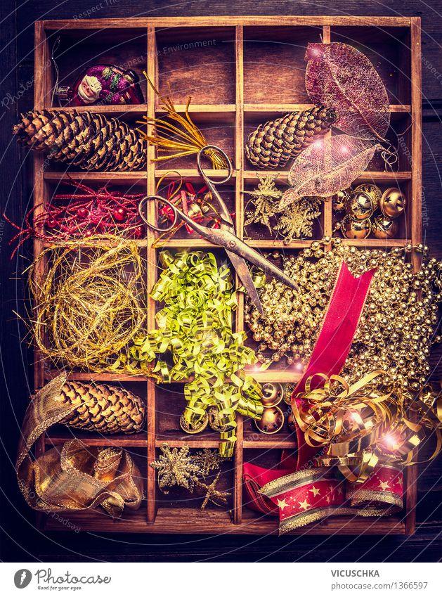Weihnachtsschmuck und alte Schere in Holzkiste Stil Winter Wohnung Innenarchitektur Dekoration & Verzierung Feste & Feiern Weihnachten & Advent Wärme Kasten
