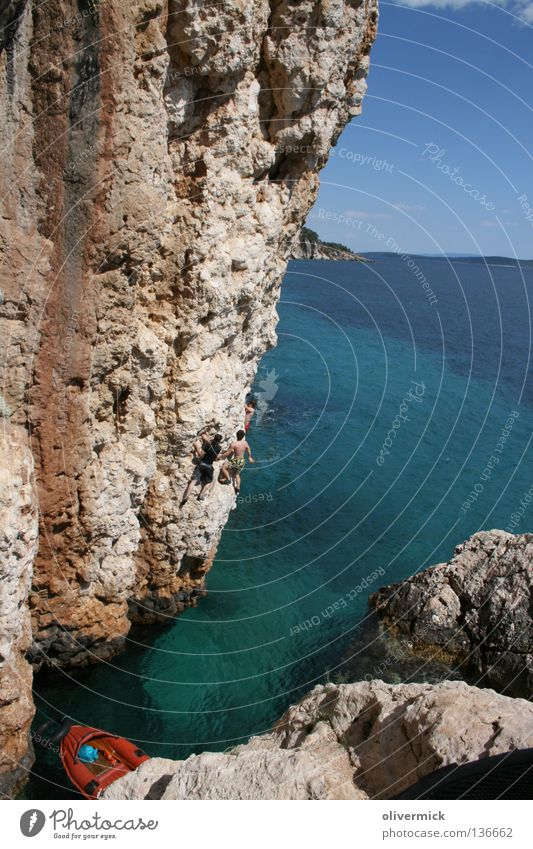 verstecktes paradies Meer türkis loslassen springen Kroatien Hvar Freude Wasser Stein Felsen blau Himmel Klettern deep water solo frei Mut Niveau Idylle