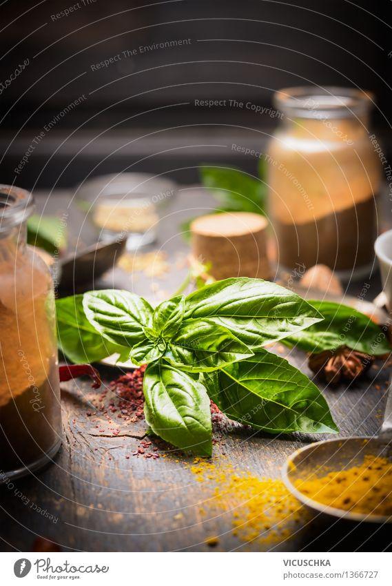 Frisches Basilikum mit Gewürzen Natur Gesunde Ernährung dunkel Leben Foodfotografie Stil Lebensmittel Design Glas Tisch Kochen & Garen & Backen