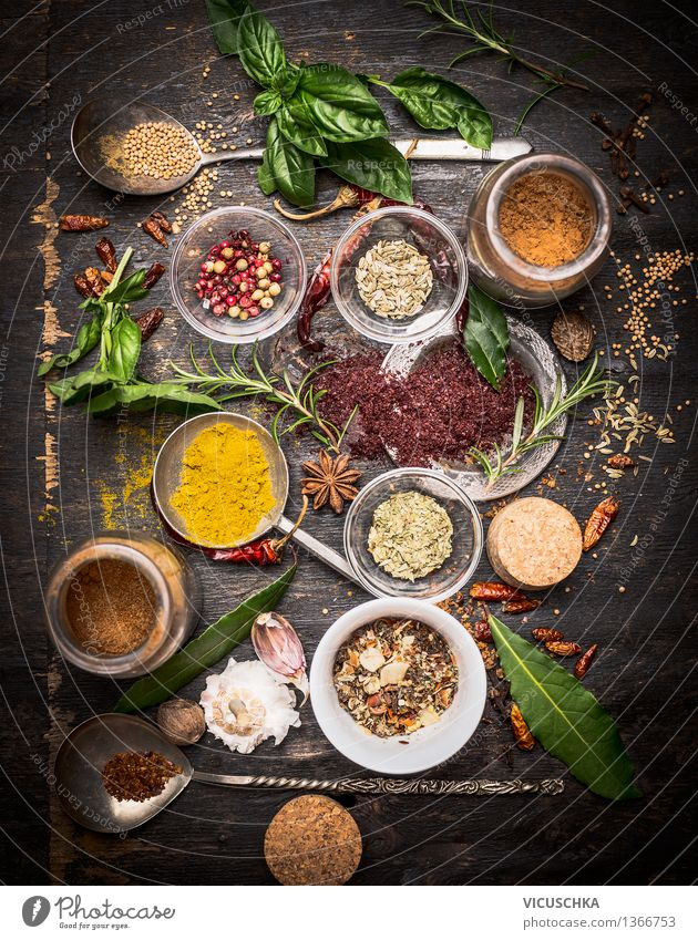 Vielfalt der orientalischen Kräutern und Gewürzen Lebensmittel Kräuter & Gewürze Ernährung Slowfood Asiatische Küche Schalen & Schüsseln Löffel Stil Design