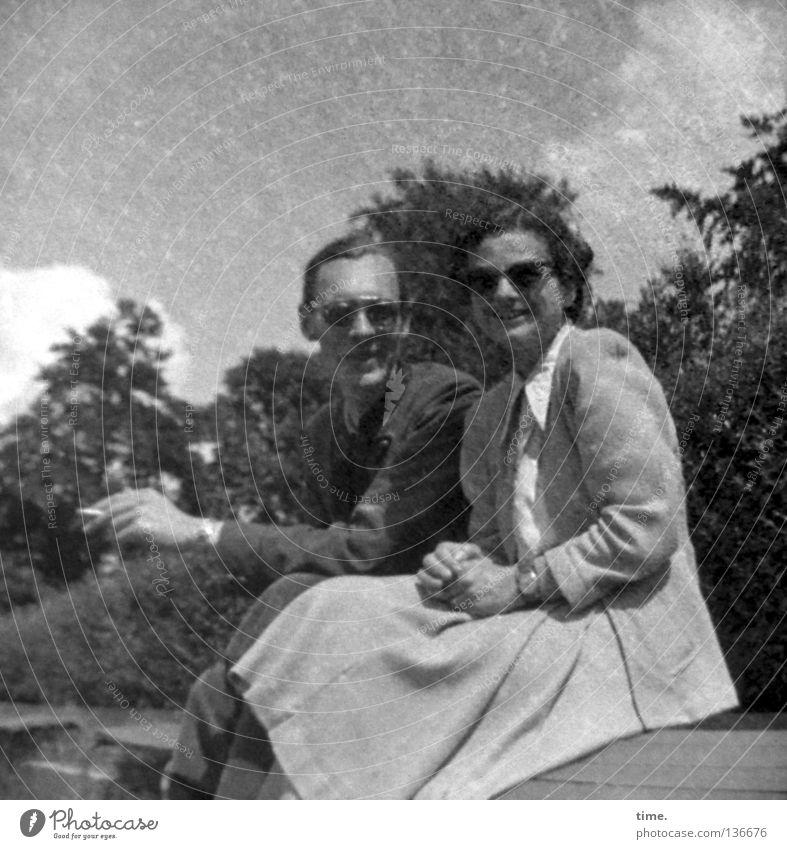 Neulich in den 50ern Rauchen Freizeit & Hobby Sommer maskulin feminin Frau Erwachsene Mann 2 Mensch Himmel Schönes Wetter Bekleidung Kleid Jacke Sonnenbrille