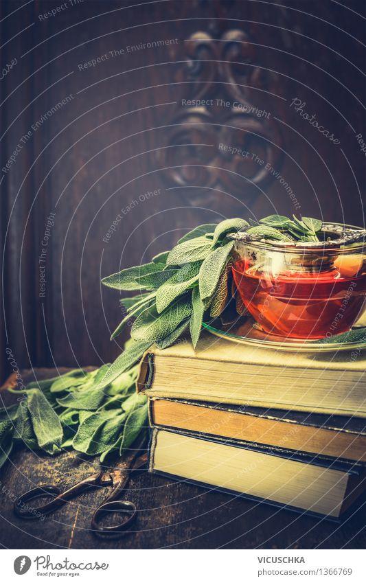 Kräuter Salbei Tee auf Bücherstapel und alte Schere Natur Gesunde Ernährung Haus Leben Stil Hintergrundbild Gesundheit Lifestyle Design Tisch Getränk Buch retro