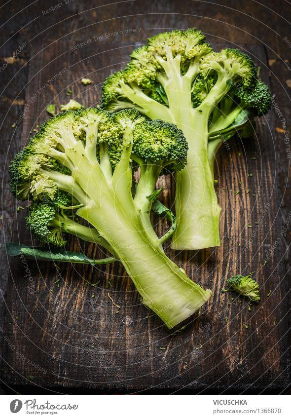 Brokkoli auf dunklem rustikalem Holz Gesunde Ernährung dunkel Leben Foodfotografie Stil Lebensmittel Design Tisch Gemüse Bioprodukte Vegetarische Ernährung Diät