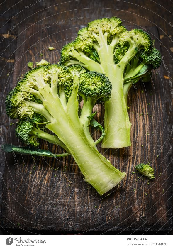 Brokkoli auf dunklem rustikalem Holz Lebensmittel Gemüse Ernährung Bioprodukte Vegetarische Ernährung Diät Gesunde Ernährung Tisch Design Stil Vegane Ernährung